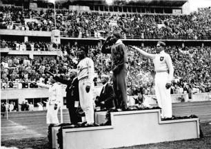 Olympische Spiele 1936 in Berlin, Siegerehrung im Weitsprung: Mitte Owens (USA) 1., links: Tajima (Japan) 3., rechts Long (Deutschland) 2., Zentralbild/Hoffmann