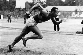 (GERMANY OUT) Jesse Owens (James Cleveland Owens)*12.09.1913-31.03.1980+US-American track and field athletewon 4 gold medals at the Summer Olympics in Berlin in 1936Olympic Summer Games in Berlin in 1936: Jesse Owens exercising in the Olympic village of Doeberitz (Photo by ullstein bild/ullstein bild via Getty Images)